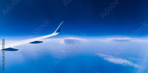 Photo panorama über den wolken mit flugzeug flügel, tief blaue wolkenlandschaft mit bl