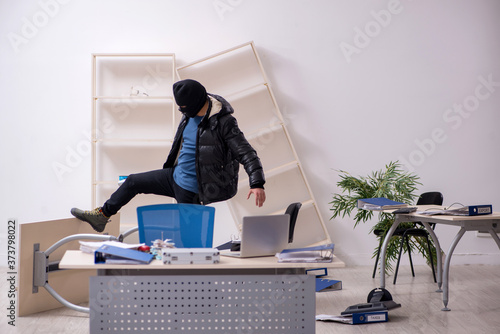 Photo Young male burglar in the office