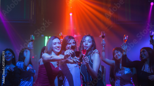 friends enjoy party in nightclub and toasting wine together Fototapete