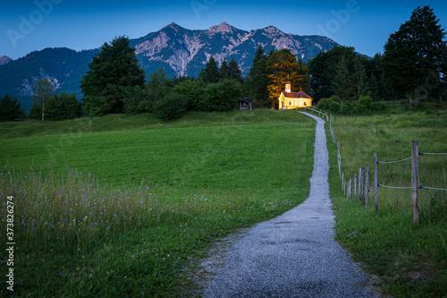 Fotografie, Obraz Kapelle Marie Rast und Berge in Krün am Abend im Sommer - Karwendel in den Alpen