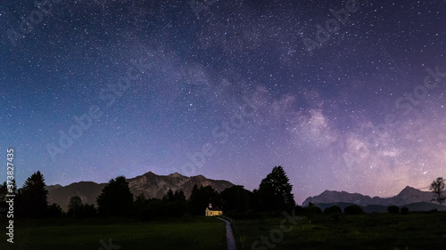 Obraz na plátně Galaxie Milchstraße über Kapelle Maria Rast mit Soierngruppe - Alpen Panorama be