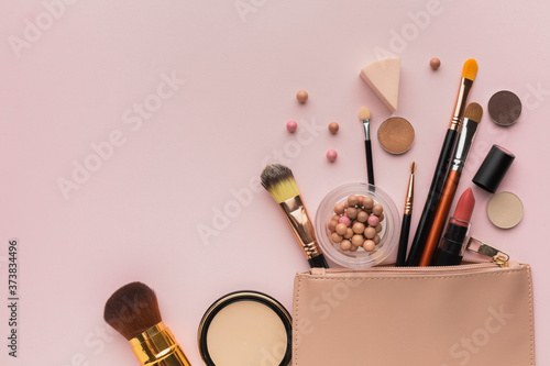 Fotografia Above view arrangement with make-up products with beauty bag