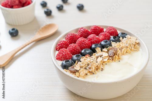 Photo homemade yogurt bowl with raspberry, blueberry and granola