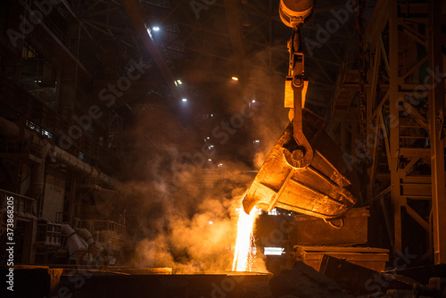 Fotografia Tank pours liquid metal in the molds at the steel mill