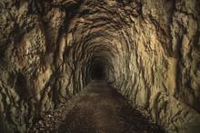 Tunnel S'enfonçant Sous Terre