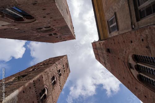 Photo Medieval towers of Albenga, low angle view, Liguria region, Province of Savona,