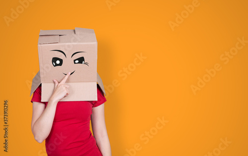Person with cardboard box on its head and a cheeky face expression on orange bac Billede på lærred