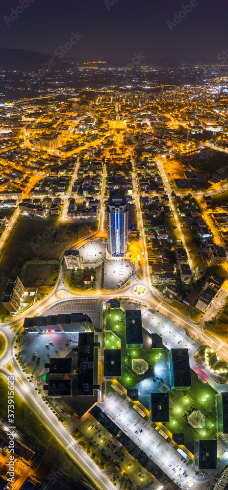 Fototapeta Grattacielo di Latina notturno