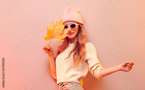 Fotomural Fashionable hipster woman in Trendy autumn fall outfit, stylish hair, makeup