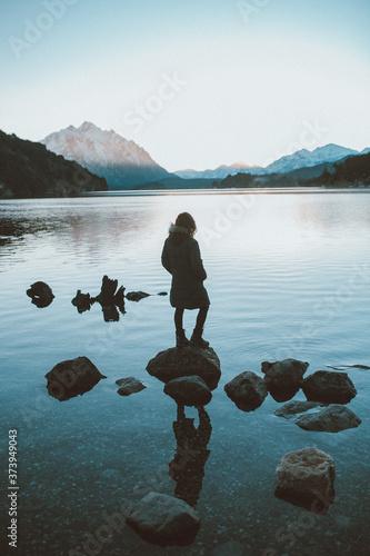 Mujer contemplando el lago Tapéta, Fotótapéta