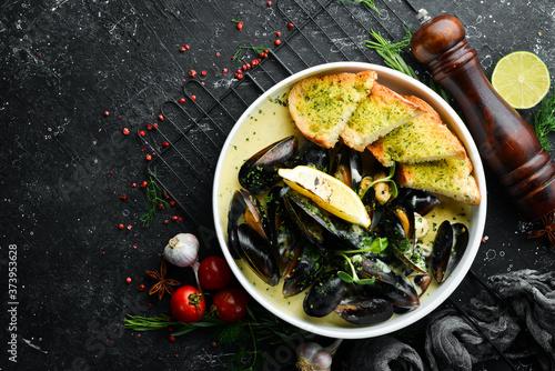 Slika na platnu Boiled mussels in cream sauce and garlic