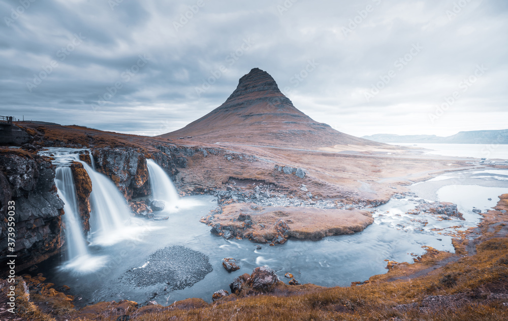 Fototapeta Kirkjufellsfoss Waterfall and Kirkjufell mountain