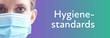 canvas print picture - Hygienestandards. Portrait von schöner Frau mit Mundschutz (Close up). Text auf Hintergund (lila/türkis). Krankenschwester