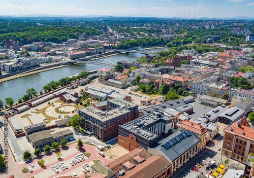 panorama miasta z rzeką i mostami