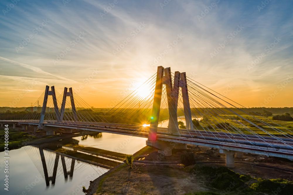 Fototapeta most na tle wschodzącego słońca