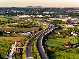 zakręty na autostradzie na tle panoramy miasta