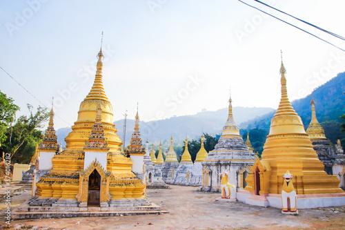 Obraz na plátně Beautiful ancient golden Buddhist temples, pagodas and stupas Myanmar Burma