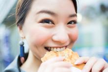 たい焼きを食べる女性
