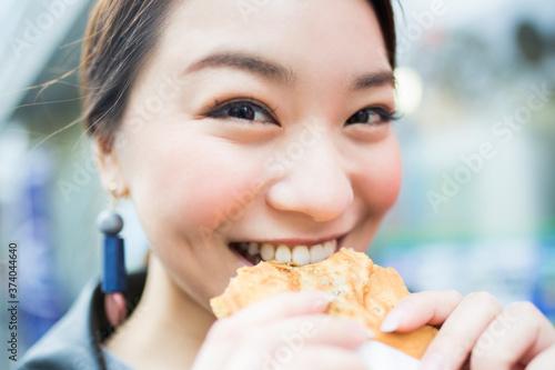 たい焼きを食べる女性 Canvas