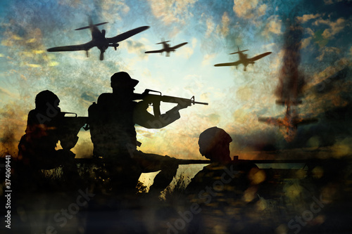 Photo Silhouettes of soldiers and planes in combat zone