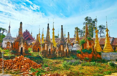 Fotografie, Obraz Among the stupas of Nyaung Ohak, Inle Lake, Myanmar