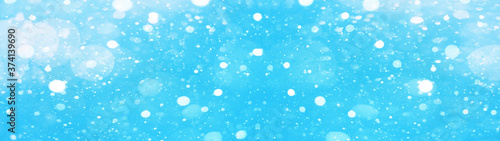 Foto snowflakes isolated on blue sky - winter weather snow background panorama banner