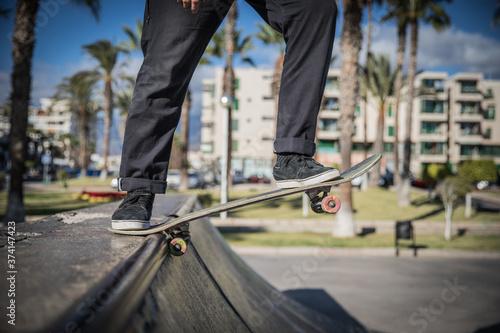 Photo Skater si diverte e fa differenti trick allo skate park