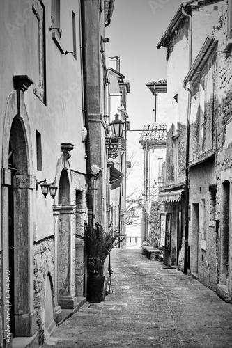 Obrazy do przedpokoju  old-street-in-san-marino