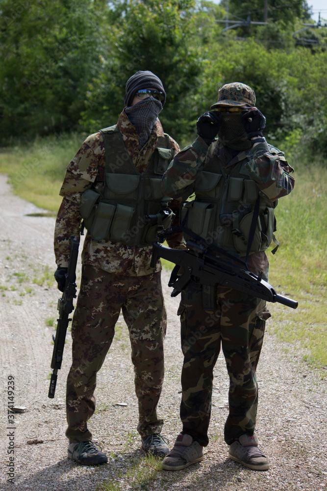 Fototapeta Ragazzi travestiti da soldati sono pronti a giocare a SoftAir.