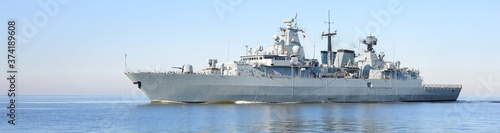 Photo Large grey modern warship sailing in still water