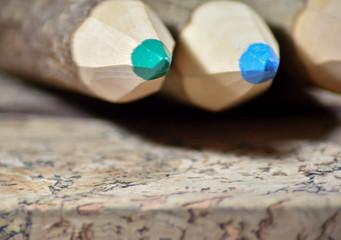 Długie, grube, kolorowe drewniane kredki.