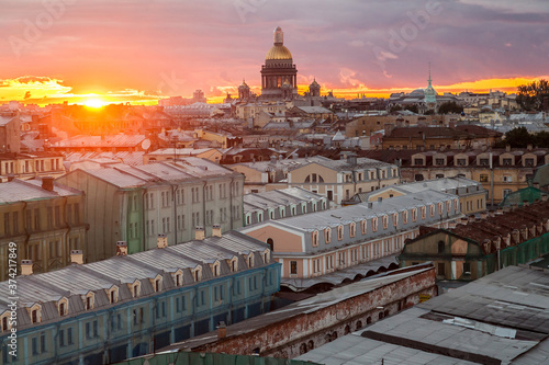 Fotografia Sunset citycape of Saint Petersburg with dome of Saint Isaac's cathedral