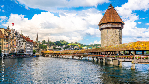 Foto Scenic view of Chapel bridge with tower view and blue sky and some clouds Lucern
