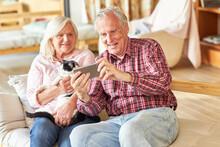 Paar Senioren Mit Dem Smartpho...
