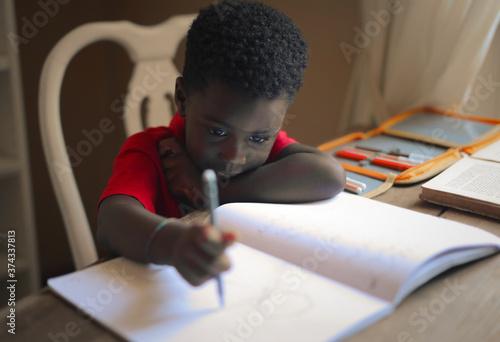 Fotografia sad child performs school homework
