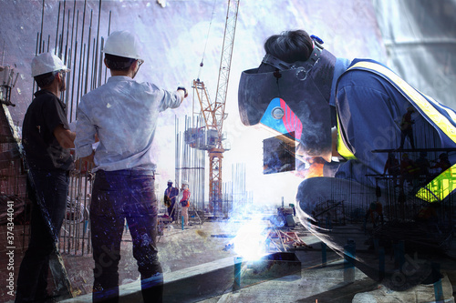 Carta da parati multi exposure of welders who are welding structures and engineers who are supervising the construction as planned in construction site