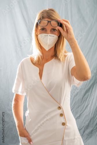 Fotografering infermiera con occhiali e mascherina anti covid19