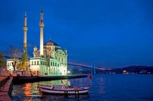 Paisaje Nocturno Con El Bósforo Y La Mezquita De Ortakoy En Estambul, Turquía