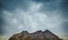 Hermosa Montaña De Rocas Deba...