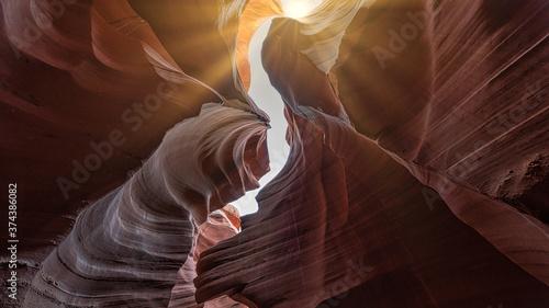 Fotografia The sun shines between the narrow rock formations of Antelope Canyon near page, Arizona, usa