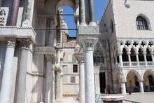 Venedig: Piazzetta San Marco, Blick Durch Die Arkaden Der Kathedrale San Marco Auf Das Porta Della Carta Und Den Dogenpalast