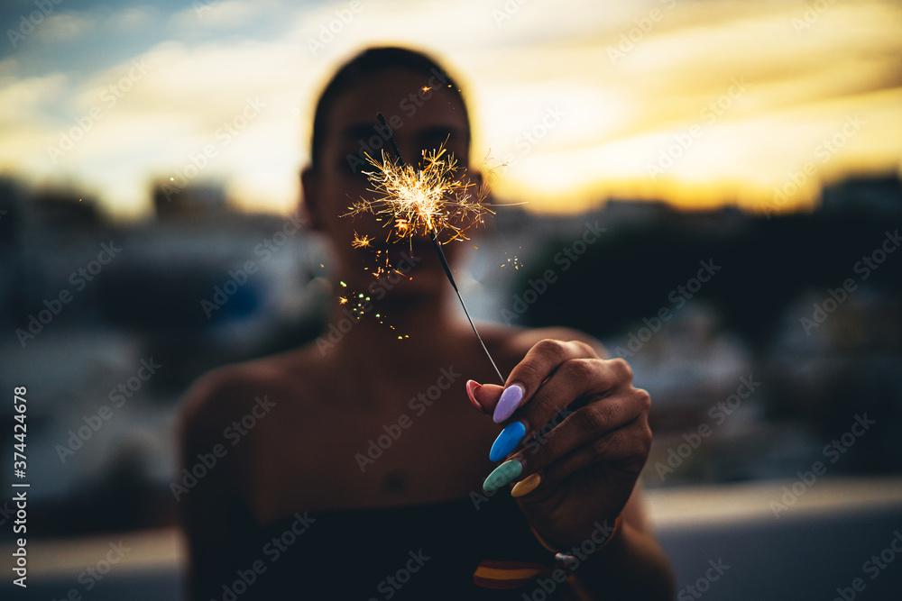 Fototapeta Chicos jovenes felices estilo de vida smartphone compartir familia amigos novios bengala luz atardecer azotea