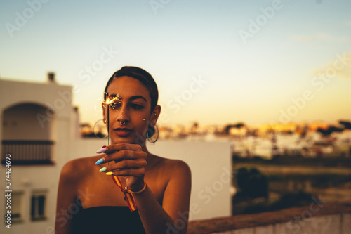 Fotografia Chicos jovenes felices estilo de vida smartphone compartir familia amigos novios