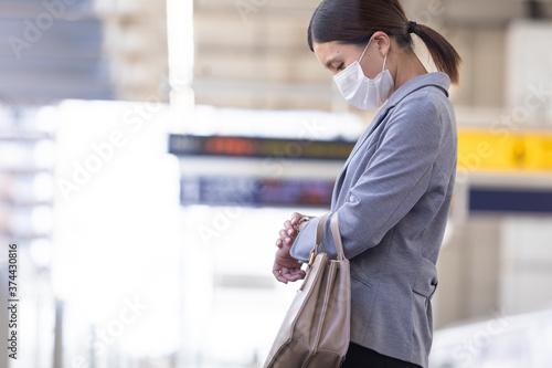 Tablou Canvas マスク姿で電車通勤をする女性