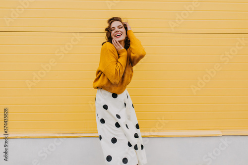 Papel de parede Blissful caucasian woman in trendy white skirt expressing happiness