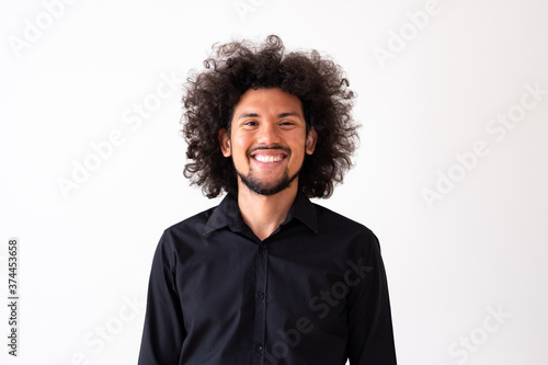 Photo Latin American model in black shirt with big curly hair and beard, neutral backg