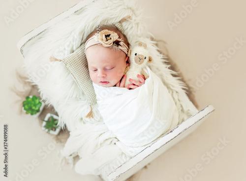Fotografiet Sleeping newborn baby girl