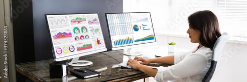 Foto Analyst Women Looking At KPI Data