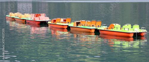 Obraz na plátně Trettboote in einer reihe im see