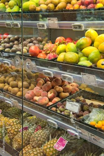 Fruits displayed in a supermarket show window © HiroSund